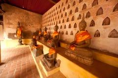Ομάδες αρχαίου Βούδα στον τοίχο της εκκλησίας στο ναό του Λάος. Στοκ Φωτογραφία
