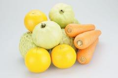 Ομάδες πορτοκαλιών και καρότων μήλων κρέμας γκοϋαβών Στοκ φωτογραφία με δικαίωμα ελεύθερης χρήσης