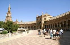Ομάδες τουριστών Plaza de Espana στη Σεβίλη, Ανδαλουσία, Ισπανία Στοκ φωτογραφία με δικαίωμα ελεύθερης χρήσης