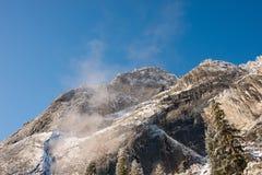 Ομίχλη και χιόνι στα δέντρα και τους απότομους βράχους του εθνικού πάρκου Yosemite, Καλιφόρνια το χειμώνα κατά τη διάρκεια της αν Στοκ Φωτογραφία