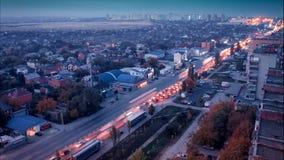 Ομίχλη πέρα από την πόλη του Ροστόφ Don τη νύχτα όταν αφήνουν τα αυτοκίνητα ένα ίχνος των φω'των Η άποψη από τη στέγη απόθεμα βίντεο