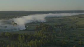 ομίχλη πέρα από τον ποταμό απόθεμα βίντεο