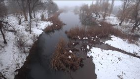 Ομίχλη πέρα από τον τρέχοντα ποταμό στο πάρκο, χιόνι, thaw, άνοιξη απόθεμα βίντεο