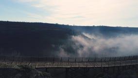 Ομίχλη πέρα από το μεσαιωνικό φρούριο Ovech κοντά σε Provadia, Βουλγαρία απόθεμα βίντεο