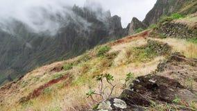 Ομίχλη που ρέει πέρα από τις άκρες τους αιχμών βουνών Καταπληκτικό τοπίο βουνών στην κοιλάδα xo-Xo Νησί Antao Santo, Πράσινο Ακρω απόθεμα βίντεο