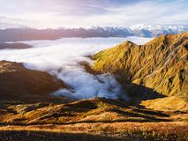 Ομίχλη πρωινού στα βουνά της Γεωργίας στοκ φωτογραφίες