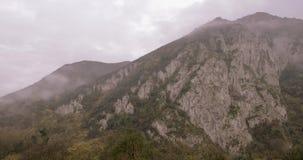 Ομίχλη στην κορυφή των βουνών απόθεμα βίντεο