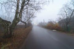 Ομίχλη στην οδό στο χωριό Στοκ φωτογραφία με δικαίωμα ελεύθερης χρήσης