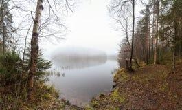 Ομίχλη στη λίμνη φθινοπώρου Στοκ Φωτογραφίες