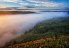 Ομίχλη στο φαράγγι ενός γραφικού ποταμού στοκ εικόνες με δικαίωμα ελεύθερης χρήσης