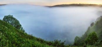 Ομίχλη στο φαράγγι ενός γραφικού ποταμού στοκ φωτογραφία με δικαίωμα ελεύθερης χρήσης