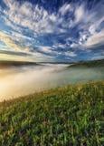 Ομίχλη στο φαράγγι ενός γραφικού ποταμού στοκ φωτογραφία