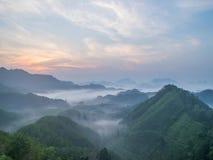 Ομίχλη υποβάθρου θαμπάδων που κινείται στο βουνό απόθεμα βίντεο