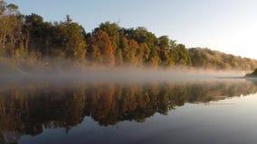 Ομίχλη φθινοπώρου πέρα από τον ποταμό απόθεμα βίντεο