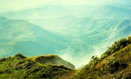 Ομίχλες στο βουνό στοκ φωτογραφία με δικαίωμα ελεύθερης χρήσης
