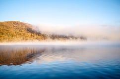 Ομίχλη é˜ ¿ å° λιμνών» å±± Στοκ Εικόνες