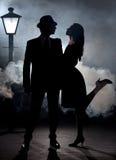 Ομίχλη ζευγών ταινιών noir lamppost στοκ φωτογραφίες