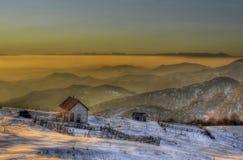 Ομίχλη ηλιοβασιλέματος και σπίτι προβάτων στο βουνό μεγάλου υψομέτρου/το ηλιοβασίλεμα μεγάλου υψομέτρου Στοκ Εικόνες