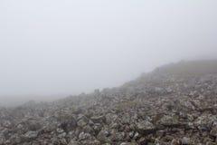 ομίχλη Η υδρονέφωση πέρα από τους βράχους βουνά ομίχλης στοκ εικόνες με δικαίωμα ελεύθερης χρήσης