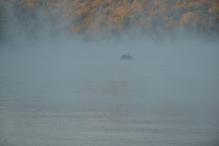 Ομίχλη και καλυμμένη υδρονέφωση λίμνη το φθινόπωρο Στοκ φωτογραφία με δικαίωμα ελεύθερης χρήσης