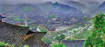 Ομίχλη και σύννεφα μεγάλο χωριό στη νοτιοδυτική Κίνα. Στοκ Φωτογραφίες