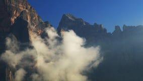 Ομίχλη και σύννεφα πρωινού Timelapse στα βουνά δολομιτών απόθεμα βίντεο