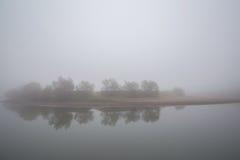 Ομίχλη και υδρονέφωση σε έναν άγριο ποταμό Στοκ Φωτογραφία