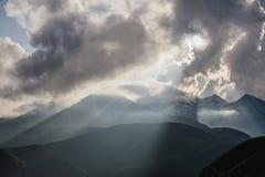Ομίχλη και όμορφος ουρανός στα σύννεφα στα βουνά της Γεωργίας κάτω από το φως του ήλιου Στοκ φωτογραφία με δικαίωμα ελεύθερης χρήσης