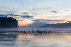Ομίχλη πέρα από μια λίμνη Στοκ Εικόνες