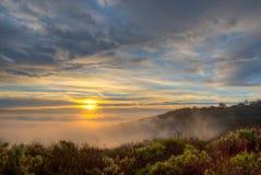 Ομίχλη που καλυεται το τοπίο στο Λαγκούνα Μπιτς, Καλιφόρνια στοκ εικόνες