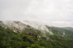Ομίχλη που καλύπτει τα βουνά στο νησί Hainan, Κίνα στοκ εικόνα
