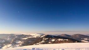 Ομίχλη που κινείται πέρα από το βουνό το χειμώνα με έναν αστεροειδή ουρανό απόθεμα βίντεο