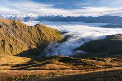 Ομίχλη πρωινού στα βουνά της Γεωργίας στοκ φωτογραφία