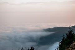 Ομίχλη στα βουνά πριν από την ανατολή Στοκ φωτογραφίες με δικαίωμα ελεύθερης χρήσης