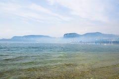 Ομίχλη στη λίμνη garda στοκ εικόνες με δικαίωμα ελεύθερης χρήσης