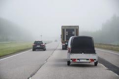 Ομίχλη στον αυτοκινητόδρομο στοκ φωτογραφία