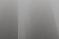 Ομίχλη στο πολυόροφο κτίριο Στοκ Φωτογραφία
