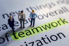ομαδική εργασία γρίφων ομάδας κατασκευής επιχειρησιακής έννοιας οικοδόμησης Ομάδα μικροσκοπικού επιχειρηματία αριθμού στοκ εικόνες