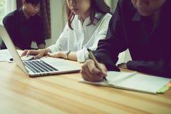 Ομαδική εργασία, νέα επιχειρηματίας στην αρχή στο περιστασιακό πουκάμισο Επιλογή των πληροφοριών με τους συναδέλφους με έναν υπολ Στοκ φωτογραφία με δικαίωμα ελεύθερης χρήσης