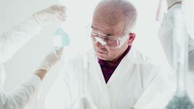 Ομαδική εργασία στο εργαστήριο με τους σωλήνες δοκιμής απόθεμα βίντεο