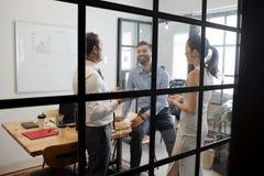 Ομαδική εργασία στο σύγχρονο γραφείο στοκ εικόνα