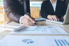 Ομαδική εργασία της επιχείρησης δύο ανάλυση συναδέλφων με τα οικονομικά στοιχεία Στοκ Εικόνες
