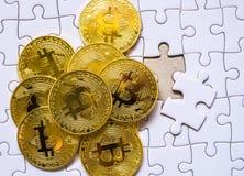 Ομαδοποιήστε έναν χρυσό bitcoin στο υπόβαθρο τορνευτικών πριονιών με την επιχειρησιακή έννοια Στοκ Εικόνες