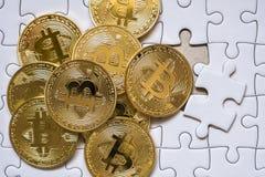 Ομαδοποιήστε έναν χρυσό bitcoin στο υπόβαθρο τορνευτικών πριονιών με την επιχειρησιακή έννοια Στοκ Φωτογραφία