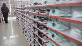 Ομαλές σειρές παπουτσιών στα ράφια απόθεμα βίντεο