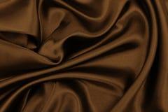 Ομαλή κομψή καφετιά σύσταση μεταξιού ή σατέν ως αφηρημένο υπόβαθρο Πολυτελής ταπετσαρία σχεδίου υποβάθρου Στη σέπια που τονίζεται στοκ φωτογραφία
