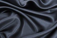 Ομαλή κομψή σκοτεινή γκρίζα σύσταση μεταξιού ή σατέν ως αφηρημένο υπόβαθρο Πολυτελές σχέδιο υποβάθρου στοκ εικόνα