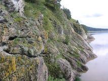 Ομαλός βράχος βράχων χλόη-καλυμμένη στην η Σιβηρία βλάστηση βρύου στοκ φωτογραφία με δικαίωμα ελεύθερης χρήσης