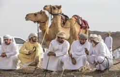 Ομανικά άτομα με τις καμήλες τους πριν από μια φυλή στοκ φωτογραφίες