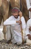 Ομανικό άτομο με τις καμήλες του πριν από μια φυλή στοκ εικόνες με δικαίωμα ελεύθερης χρήσης